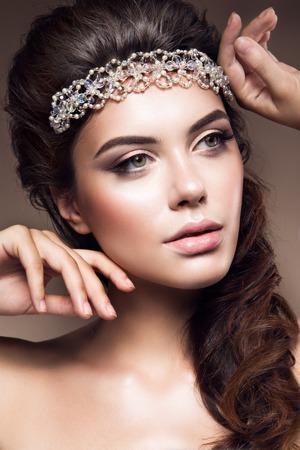 mujer con rosas: Close-up retrato de mujer hermosa con maquillaje brillante. Pelo rizado. Hermosa novia. Foto de archivo