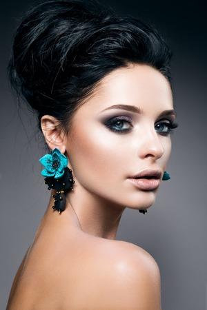 cabello negro: Retrato de la mujer hermosa joven con el pelo negro y maquillaje brillante, con accesorios