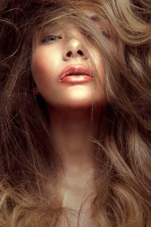 Close-up Portrait der schönen Frau mit hellen Make-up und Glanz Lippen