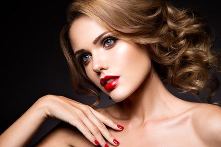skönhet: Närbild porträtt av vacker kvinna med ljusa smink och röda läppar Stockfoto