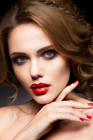 labios sexy: Close-up retrato de mujer hermosa con maquillaje brillante y labios rojos