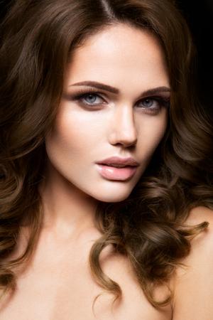 Close-up retrato de mujer hermosa con maquillaje brillante y el pelo rizado Foto de archivo - 46210713