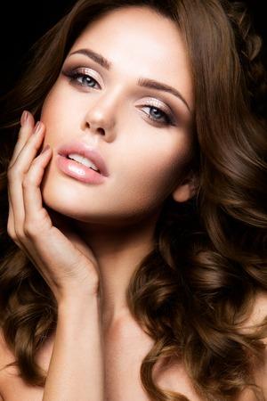 아름다움: 밝은 메이크업과 곱슬 머리를 가진 아름 다운 여자의 근접 초상화