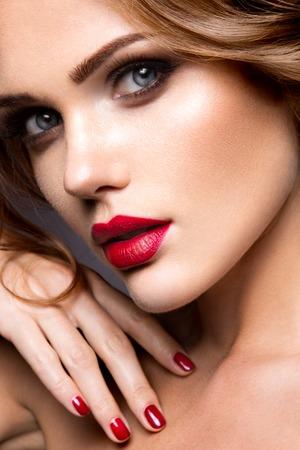 美女: 美麗的女人與明亮的化妝和紅唇特寫肖像
