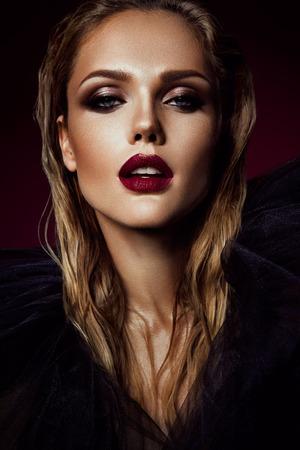Lipstick: Close-up bức chân dung của người phụ nữ xinh đẹp với sáng make-up và đôi môi đỏ Kho ảnh