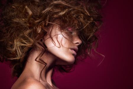 Close-up portrait de la belle femme avec lumineux maquillage et la coiffure.