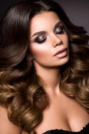 sexuel: Close-up portrait de la belle femme avec lumineux maquillage et la coiffure.