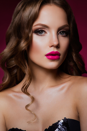 maquillaje de ojos: Close-up retrato de mujer hermosa con maquillaje brillante y peinado.