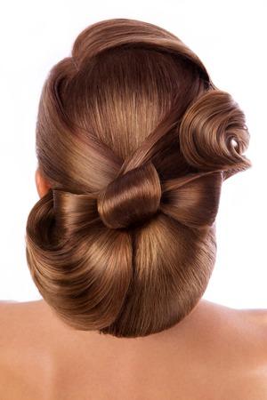 models posing: Novia hermosa con el peinado de la boda de moda - en el fondo blanco
