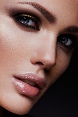 maquillage: Close-up portrait de la belle femme avec lumineux maquillage et la coiffure.