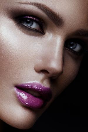 eye makeup: Close-up retrato de mujer hermosa con maquillaje brillante y peinado.