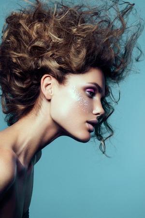 Close-up portret van mooie vrouw met lichte make-up en kapsel.