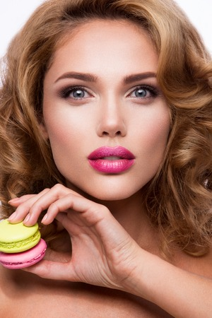 Close-up portrait of beautiful woman with bright make-up and pink lips Standard-Bild