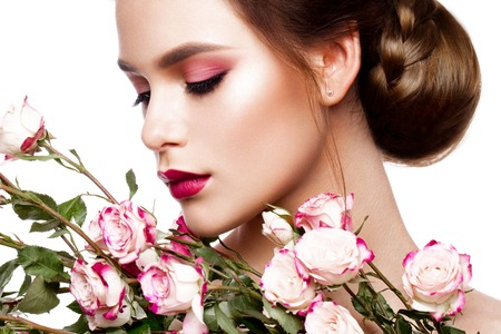 mujer con rosas: Portrait of young beautiful woman with stylish make-up and colorful roses around her face