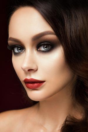 red lips: Modelo joven hermoso con los labios rojos y el peinado retro Foto de archivo