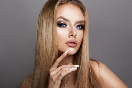 capelli dritti: Ragazza di Beautyful con brillante trucco