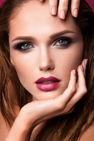 Glamour portrait de la belle femme modèle avec le maquillage frais et romantique ondulés coiffure.