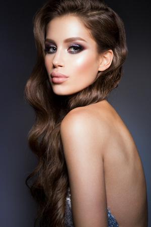 fille sexy nue: Photo de mode de jeune femme magnifique en tenue de luxe.