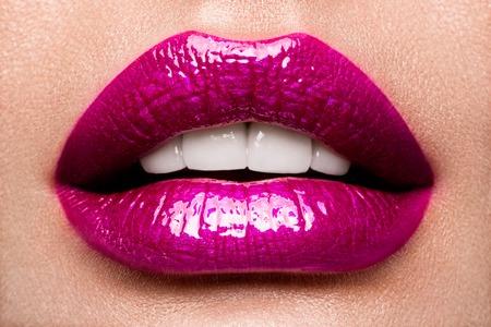 Labbra sexy. Particolare di trucco delle labbra di bellezza rosa.