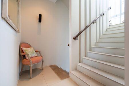 Weiße Treppe und Stuhl in Poolvilla, Haus, Haus, Eigentumswohnung und Wohnung Standard-Bild