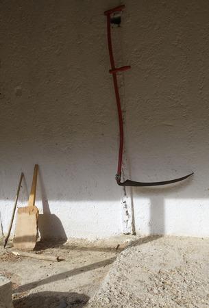 guadaña: Guadaña en la pared de la casa de pueblo en Turquía