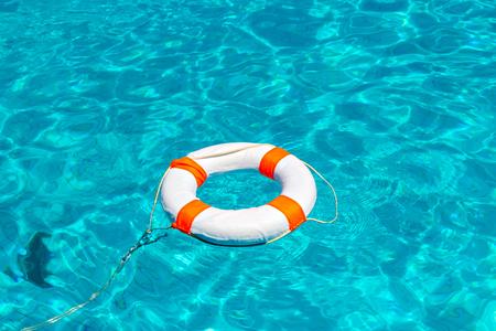 スイミング プールで救命浮き輪