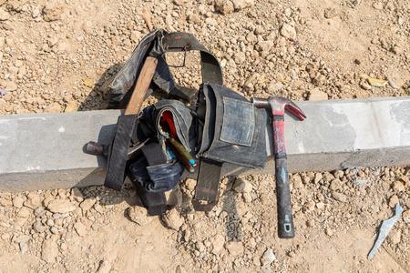 empleadas domesticas: herramientas martillo y trabajo en el cinturón de herramientas Foto de archivo