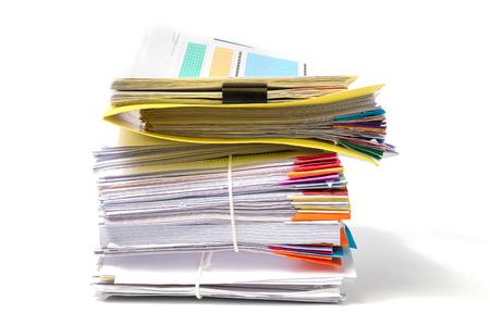 Stapel documenten die op witte achtergrond worden geïsoleerd