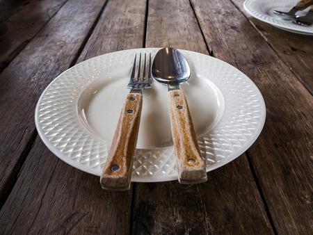 Schmutzige und leere Geschirr nach dem Essen Finish Standard-Bild - 87016356