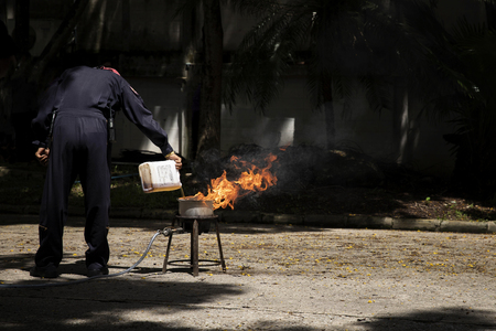 Firefighters in show the heat of a flame and the use of fire extinguishers. Stockfoto