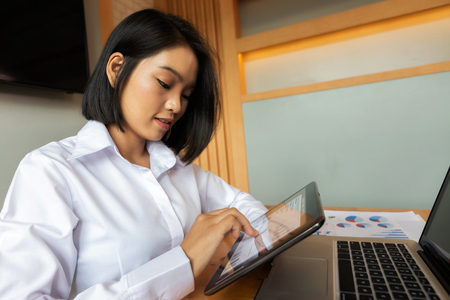 Closeup of businesswoman working with tablet computer at office desk. Standard-Bild - 112676810