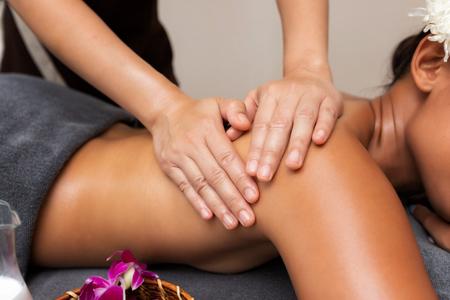 close-up masseur hands doing back massage in spa salon. Beauty treatment concept. Standard-Bild - 112676900