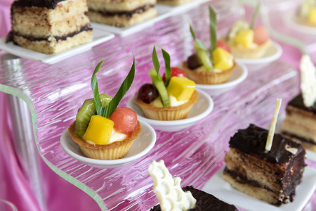 Mixed and assorted fruits tart with kiwi and grape for party or wedding, gastronomy, event organization concept. Standard-Bild - 112676939
