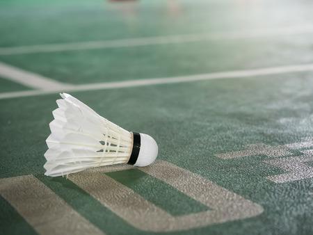 Closeup shot of White badminton shuttlecock on green court. Standard-Bild - 116539908
