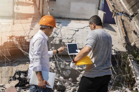 Demolition control supervisor and foreman discussing on demolish building. Standard-Bild - 116540833