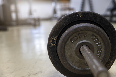 Side view of barbell on the rack in fitness gym. Standard-Bild - 121847968