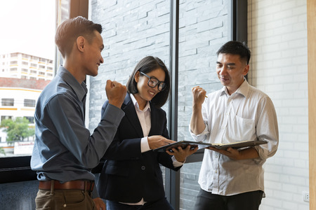 Business success concept. Business team glad, meeting and discussing project plan. Businessmen discussing together in meeting room. Standard-Bild - 121848306