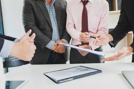 Uomo d'affari che offre carta contrattuale al suo partner commerciale per firmare il contratto.