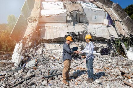 Les ingénieurs se serrant la main dans la démolition du bâtiment. Accord entre les ingénieurs en structure et les entrepreneurs après s'être mis d'accord sur le coût de la construction et de la réparation des biens immobiliers.