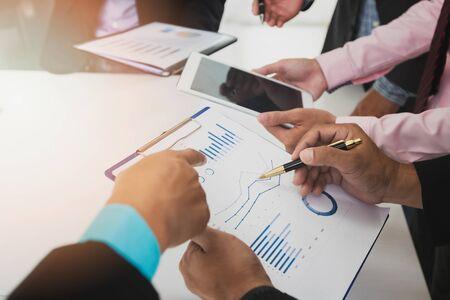 기업인들이 회의실에서 함께 토론합니다. 비즈니스 팀 회의 및 프로젝트 계획 논의. 비즈니스 프로젝트와 함께 일하는 전문 투자자. 재무 관리자 작업.