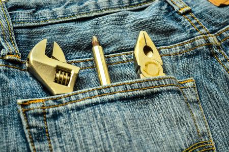 herramientas de mecánica: Herramientas mecánicas en la bolsa de mezclilla