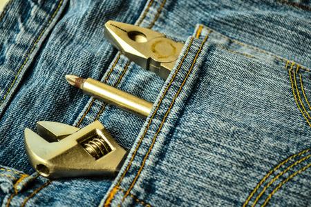 herramientas de mec�nica: Herramientas mec�nicas en la bolsa de mezclilla
