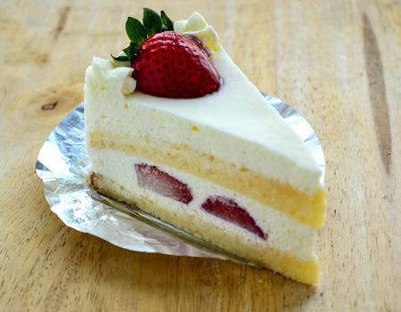 porcion de torta: Un pedazo de pastel de fresa, delicioso