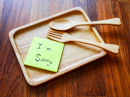 I'm sorry post note with wooden plate in morning 免版税图像