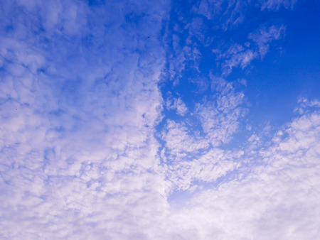 Many clouds on blue sky background 免版税图像