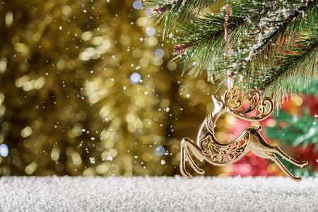 Rennes d'or de Noël. Chute de neige, scène d'hiver. Place pour le texte. Rennes du Père Noël. Banque d'images