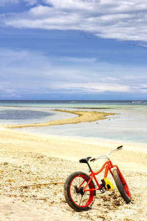 Gili Air Island in the Indian Ocean. 03.01.2017 Beach bike with wide tires. Coral beach. Foto de archivo