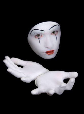 clown cirque: Portrait de mime en gants blancs sur fond noir