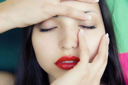 blindly: frente a la muchacha ciega hermosa morena