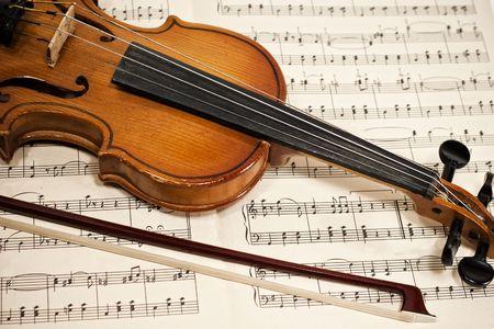 chiave di violino: Vecchio violino e archetto sulle note musicali da vicino